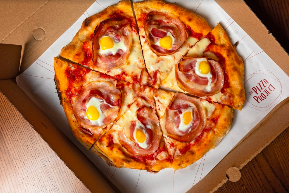 通いやすいカジュアルな空間と価格設定が狙いのピザ専門店