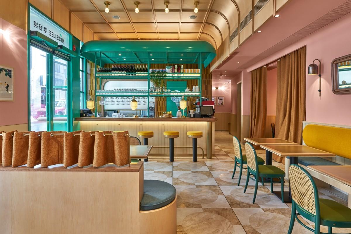 ピンクの壁にウッドとグリーンを基調としたレトロシックな店内