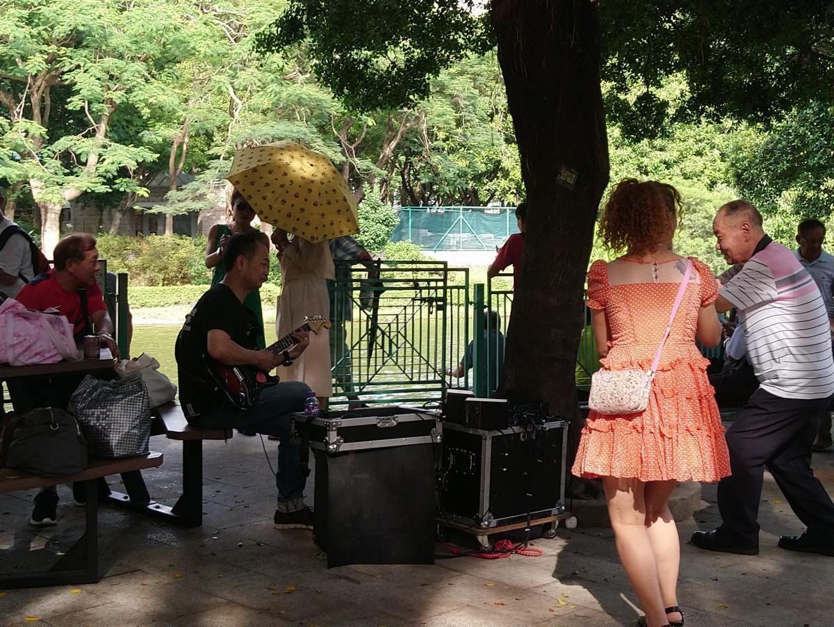 旺角から排除され、屯門公園で大音量で騒ぐパフォーマー。