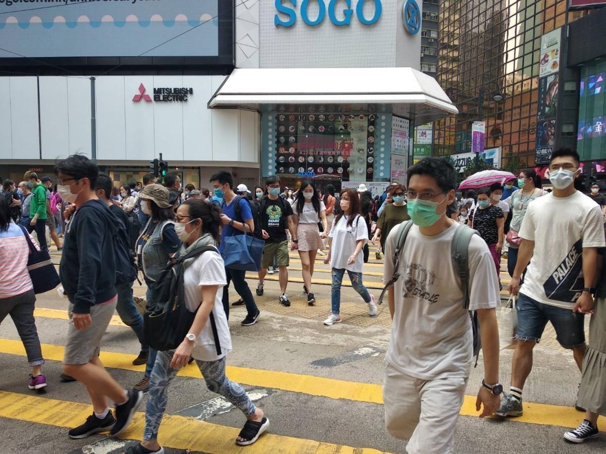街を行き交う人もマスクをしたままの香港