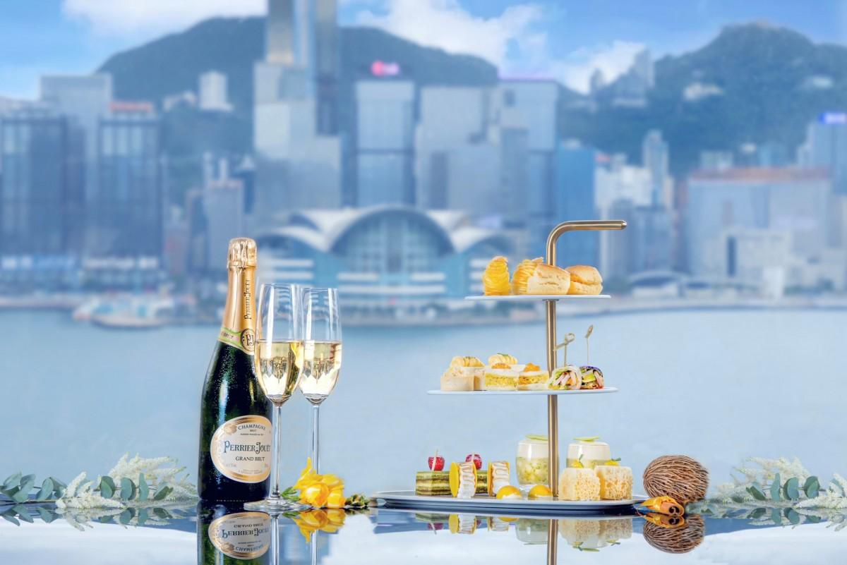 香港のアイコニックな風景を堪能しながらタイ風のアフタヌーンティーを>