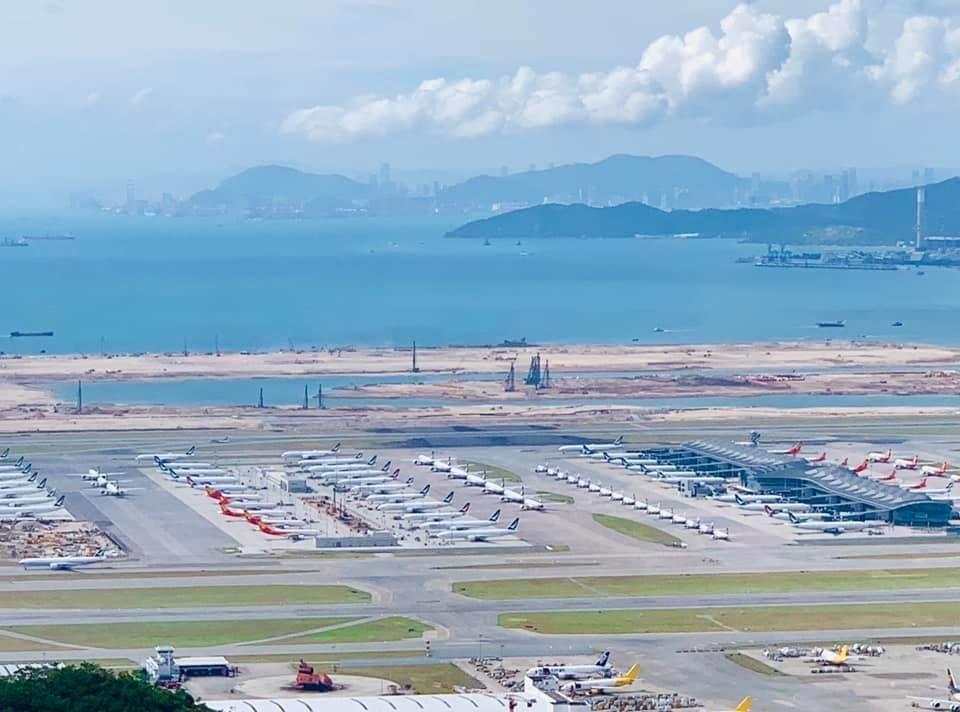 事実上年内の外国からの入境が厳しくなった香港。空港には多くの機材が並ぶ