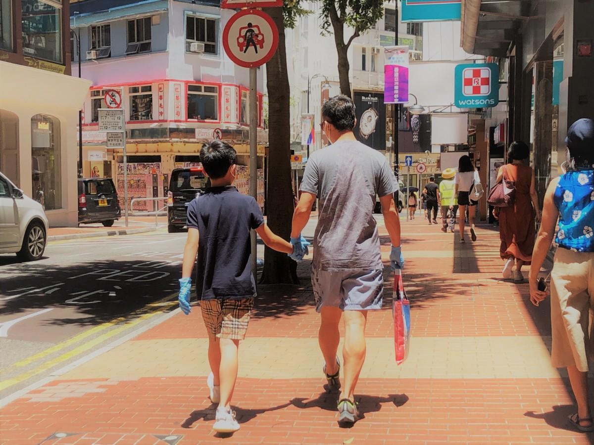 マスクに加え、手袋などを着用する人も。29日から公共の場で集まれる人数は2人までとなる。