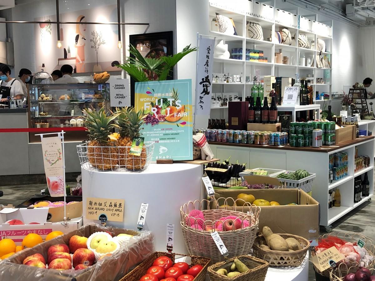 野菜や果物も店のコンセプトにあう世界各国の品を並べている