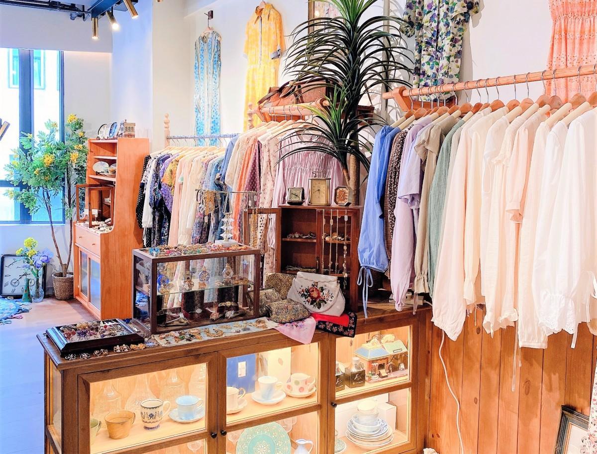 明るめの色を使った服をたくさん並べる