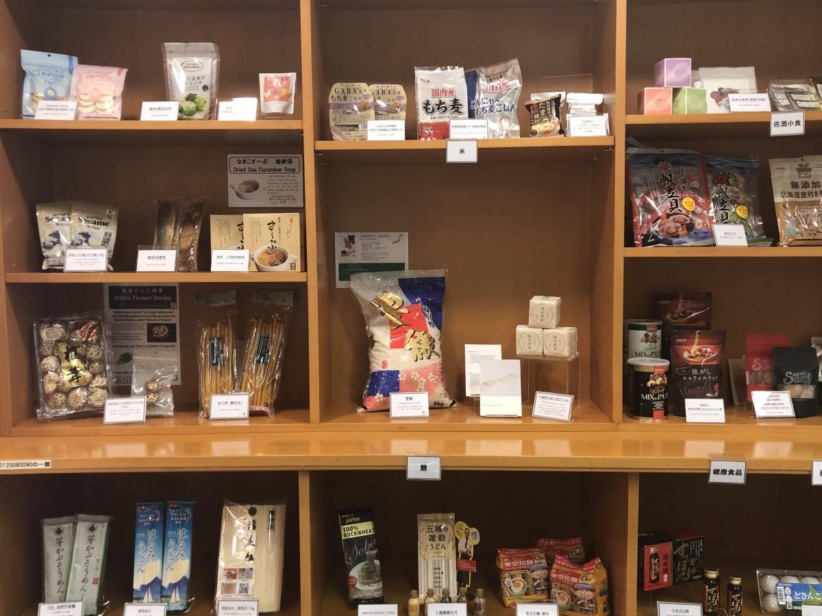 JETRO香港事務所の入り口スペースに設けた日本各地の物産を紹介するコーナー
