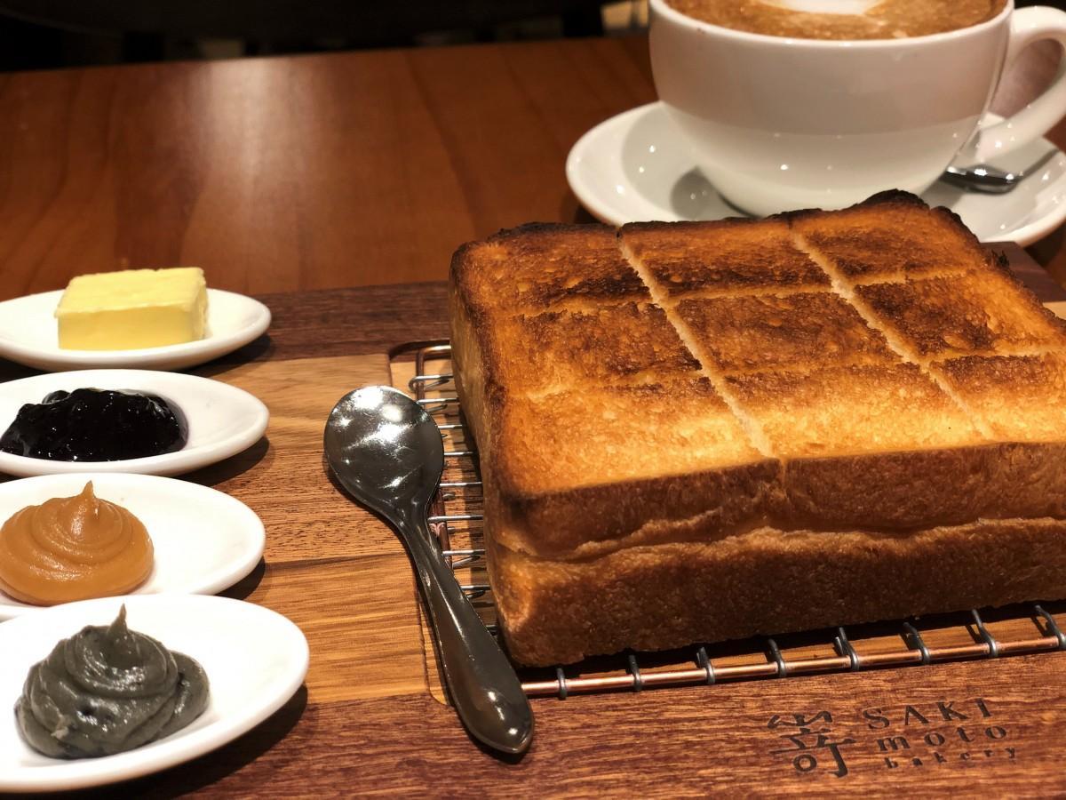トーストされたパンにお好みのジャムやバターをあわせてオーダーする