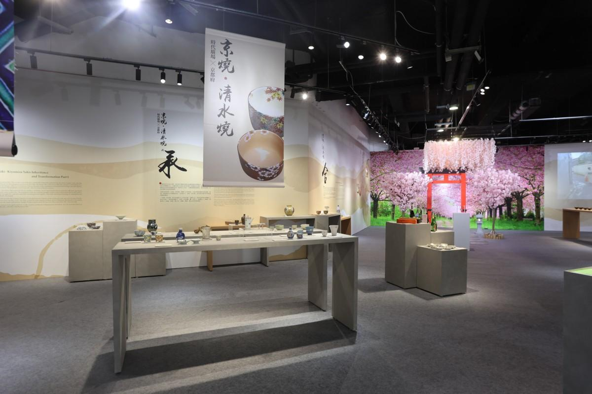 多くの人が足をとめて色彩豊かな京焼・清水焼の展示を楽しんでいた