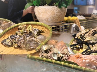 香港にカキをメインにした居酒屋「Kagura牡蠣小屋」 生ガキや蒸しガキをお好みで
