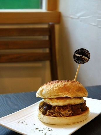 Instant Ramen and Grilled Beef?! Sauteed Beef & Noodle Burger an Internet Sensation