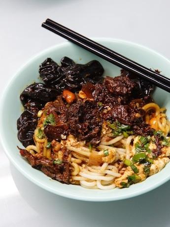 Big Lines at HK Noodle Shop Selling 400 Bowls Daily under Unique Business Model