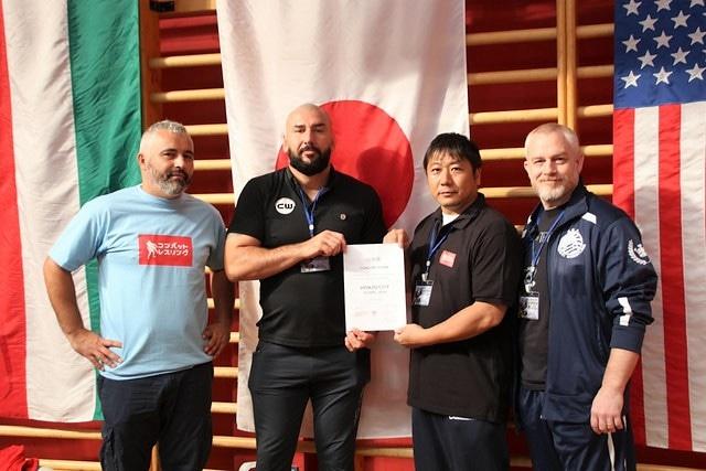 世界選手権2017の開催地決定の証書を受け取る日本コンバットレスリング協会・吉澤昌理事長