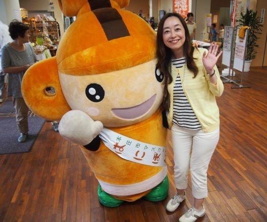 本庄市マスコット「はにぽん」と「転勤族協会TKT48」代表の奥田美和さん