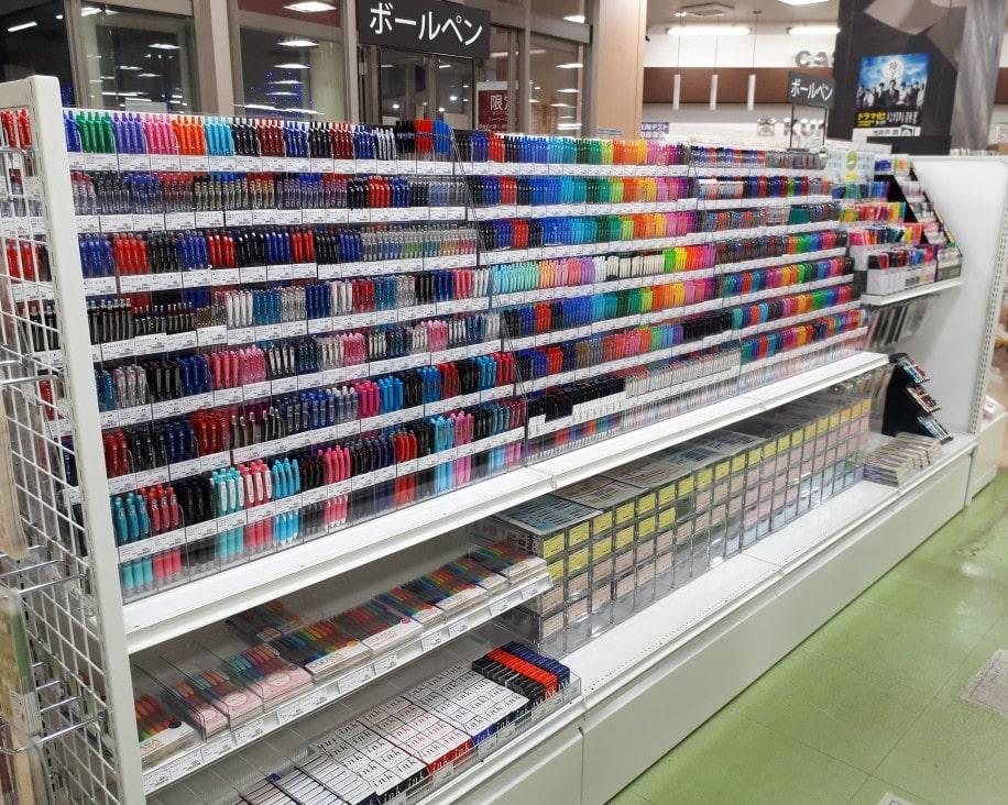 色とりどりのボールペンが並ぶ文具コーナー