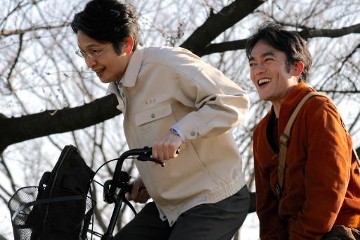 映画「たった一度の歌」で共演する高橋和也さん(右)と岡田浩暉さん