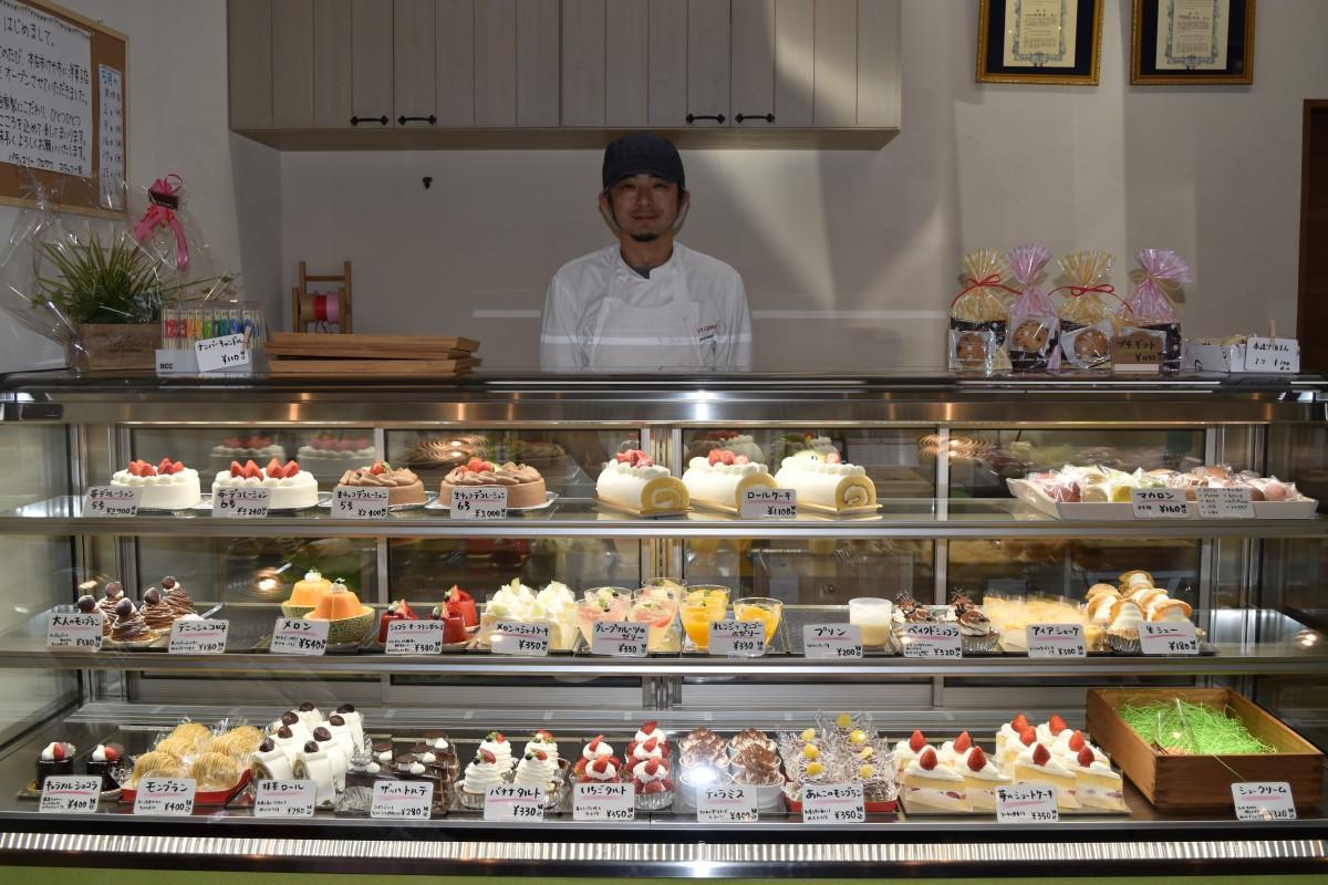 「パティスリーKUROSAWA」の店内ショーケースに並ぶ洋菓子