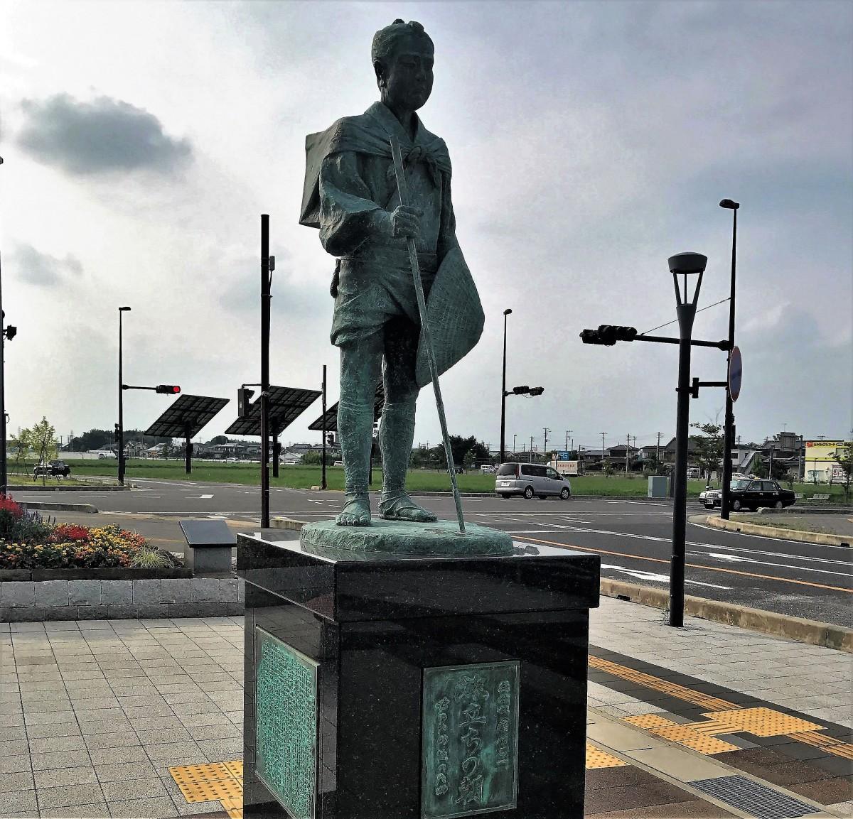 江戸へ旅立つ15歳・塙保己一少年の像(JR上越新幹線・本庄早稲田駅前)