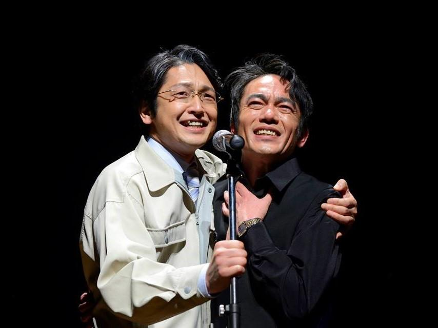 映画「たった一度の歌」で「永遠の川」を歌う高橋和也さん(右)と岡田浩暉さん