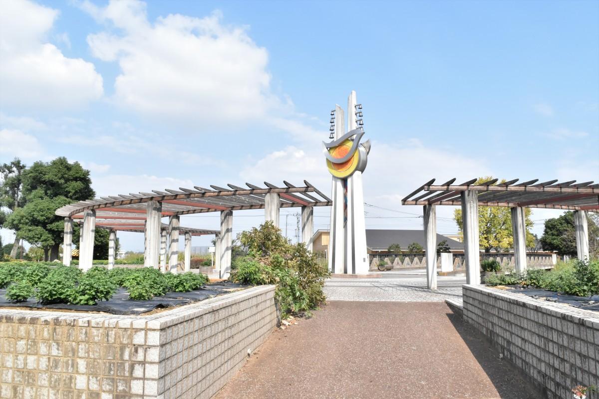 本庄ふるさとフラワーパーク内にある「太陽と花の塔」