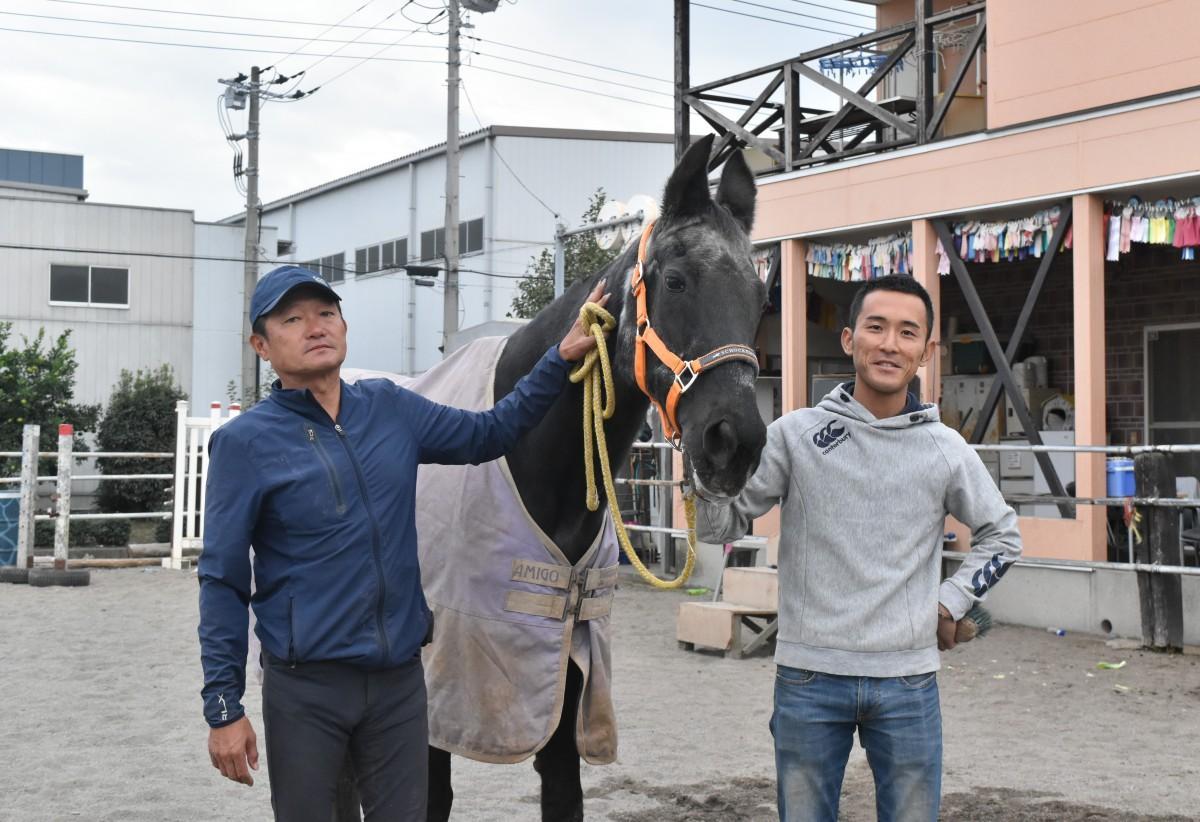 西塚重二代表(左)、越野恭介チーフとサラブレッド牝馬国内最長寿記録更新中の「ルーキー」