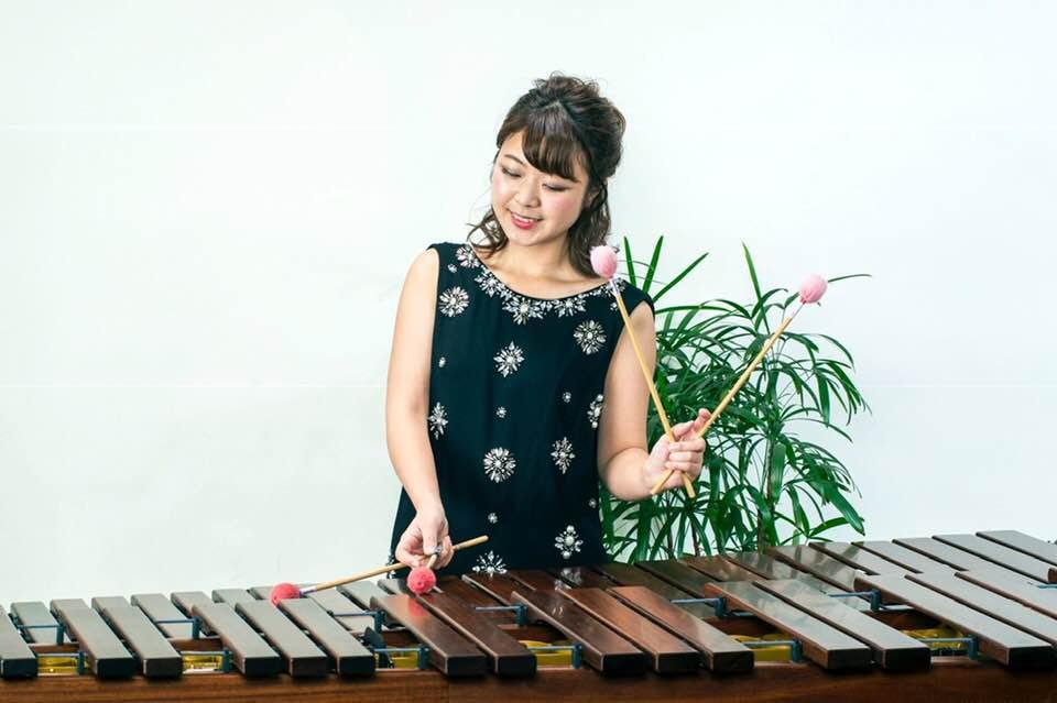 マリンバを演奏する森本志歩さん