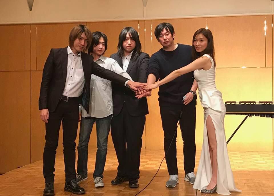 業務提携を発表したMMAの憂or絶さん(中央)とON THE STORYの加藤貴博さん(右から2人目)ら