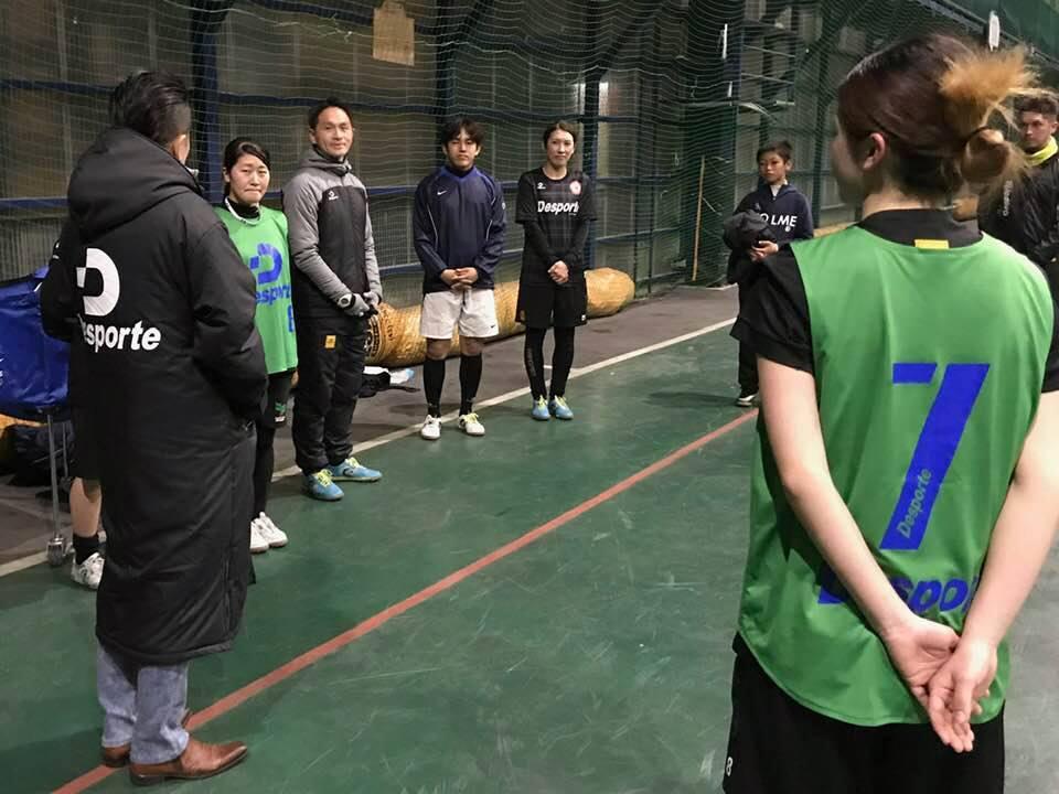 ポルコの選手を激励する江積栄一社長(一番左)