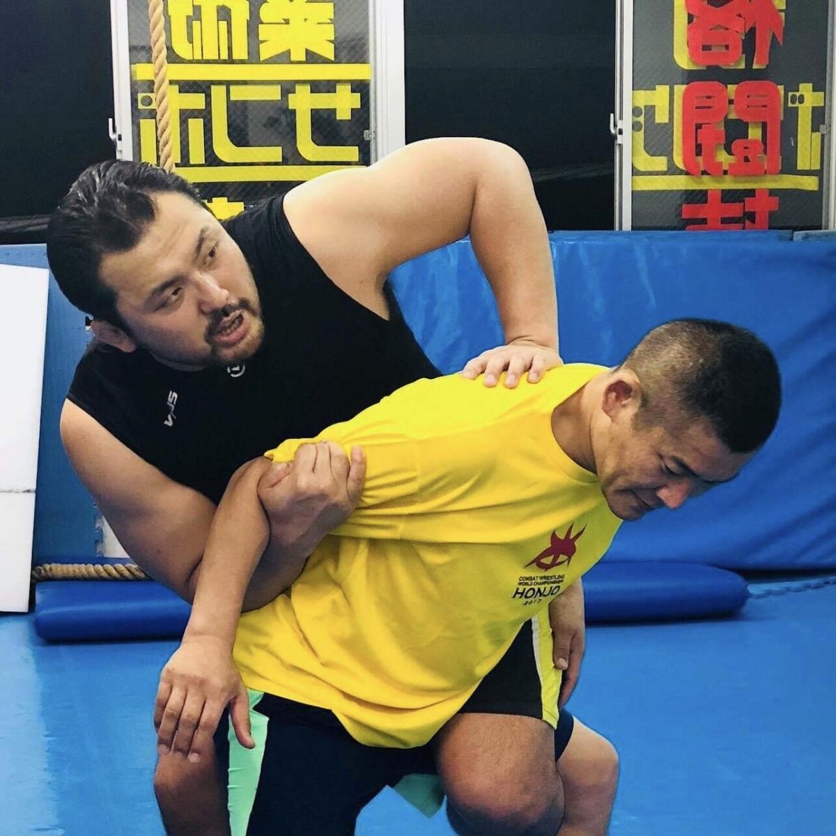 大日本プロレスの第10代&第12代BJW認定世界ストロングヘビー級王者・鈴木秀樹選手(左)