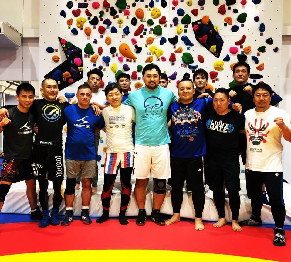 現役プロレスラーの鈴木秀樹選手(前列右から4人目)