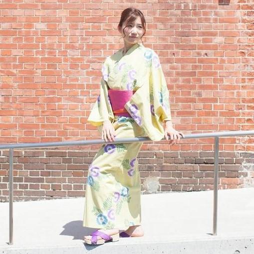 桐サンダル「桐SUN」を履いた浴衣姿の女性