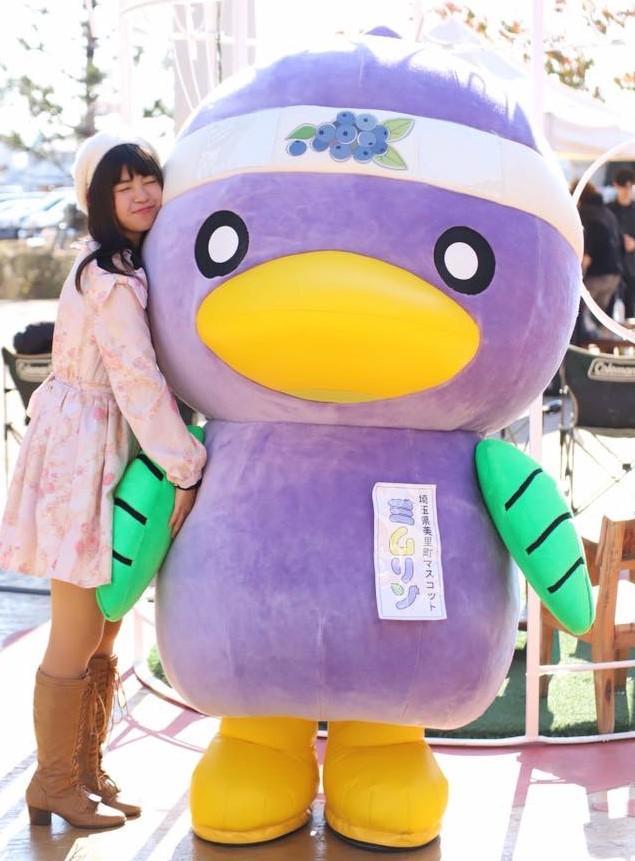 美里町観光大使に就任する桜花さんと同町マスコット「ミムリン」