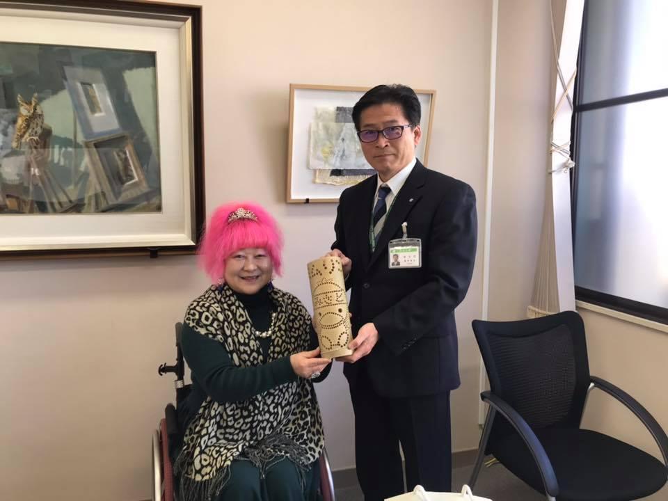 地元歌手から手作りの美里町マスコット「ミムリン」竹どうろうを贈られる原田信次町長(右)