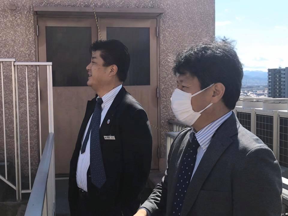 埼玉グランドホテル本庄の屋上から本庄市内を眺める坂上さん(右)と高橋さん