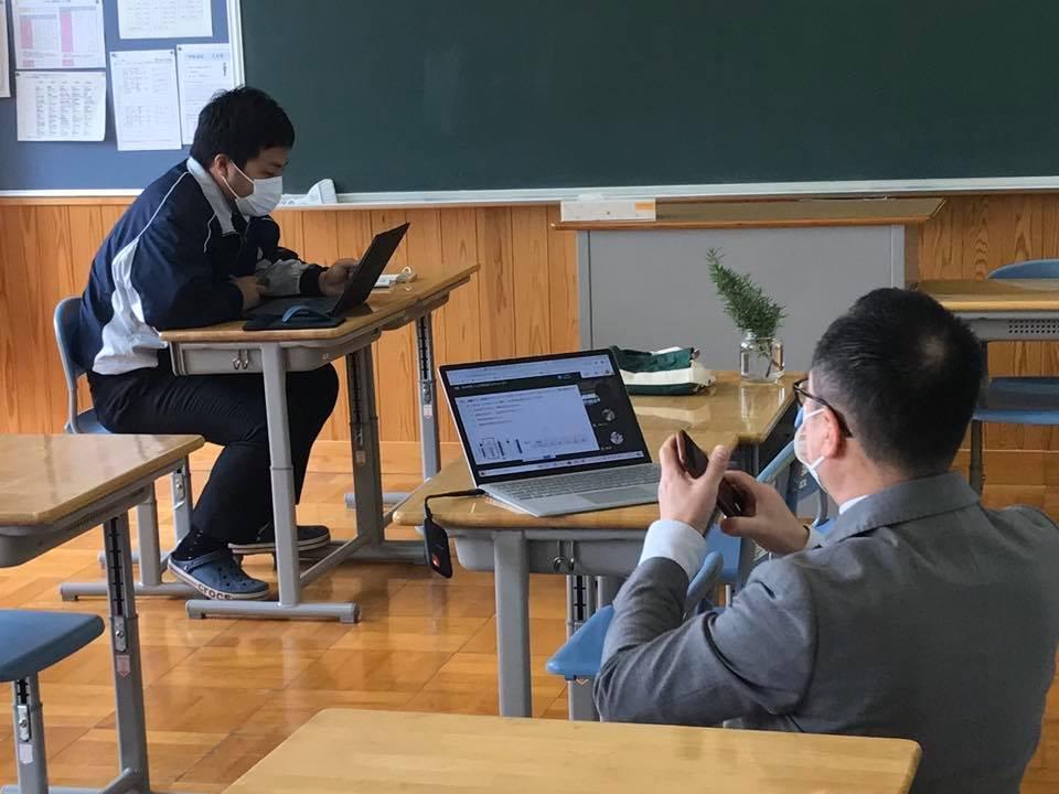 本庄第一中学校のオンライン授業の様子を見守る高橋悟副校長(右手前)