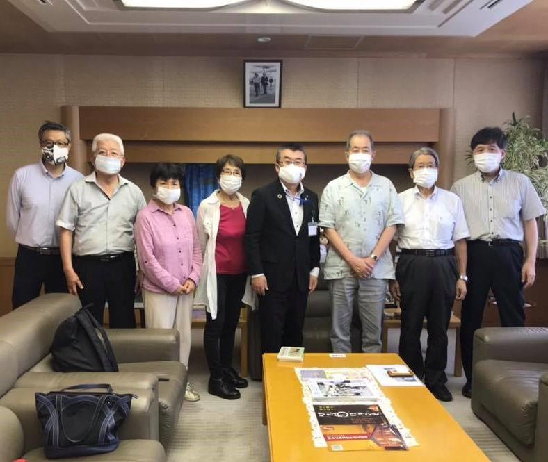 本庄市長を表敬訪問した講談師・宝井琴梅さん(右から3人目)ら