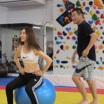 パーソナルトレーニング指導を行う小岩健一さん(昨年7月7日)