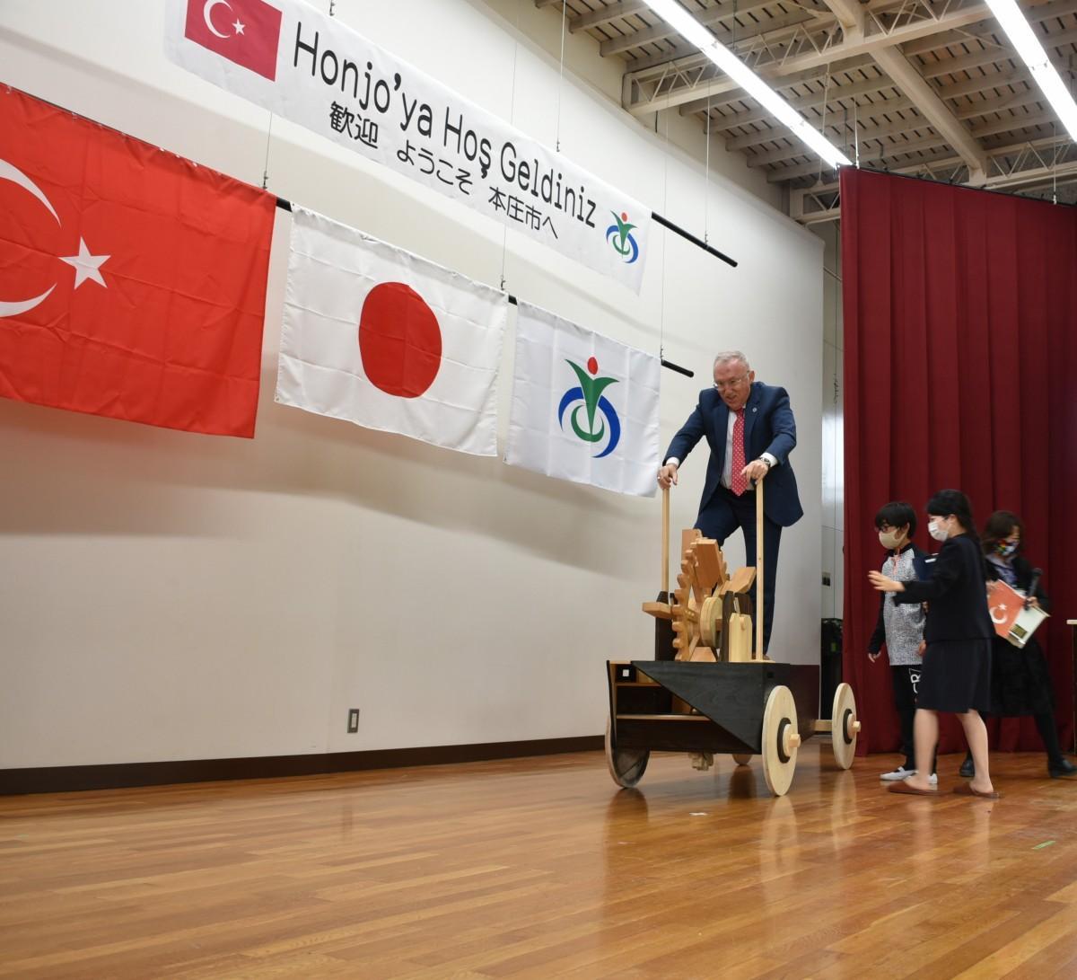 「陸船車」を運転するトルコ大使のハサン・ムラット・メルジャンさん(写真提供=本庄市)