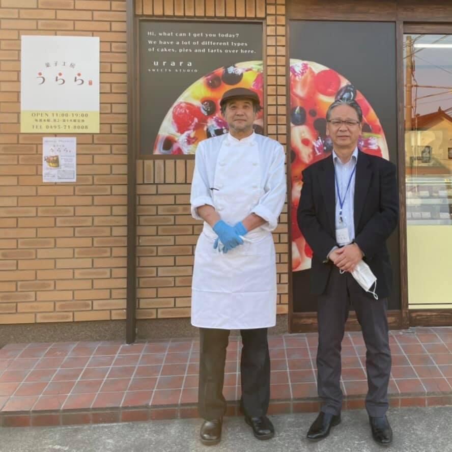 菓子工房「うらら~和々~」の石井康彦社長(右)と代表パティシエの本多一晃さん