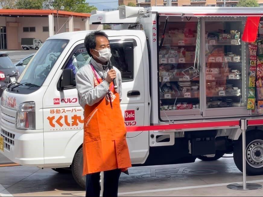 移動スーパー「とくし丸」出発式であいさつする販売パートナーの大松義浩さん