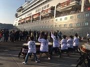 日向・細島港に大型客船「フォーレンダム」初寄港 日向十五夜太鼓で見送り