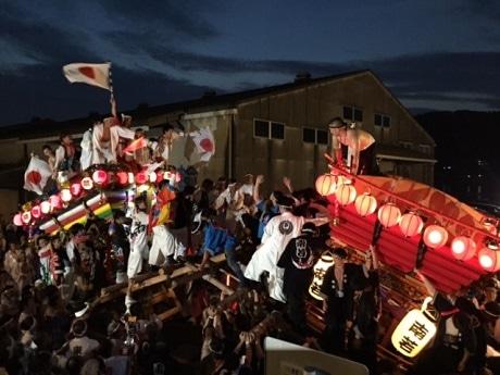 東西の太鼓台がぶつかり合う場面は細島みなと祭りの見どころ