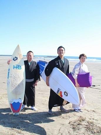 古今亭菊生さん(真ん中)らサーフィン部のメンバー