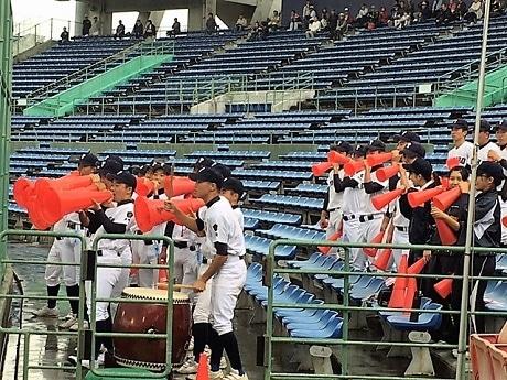 応援する富島高校の野球部員