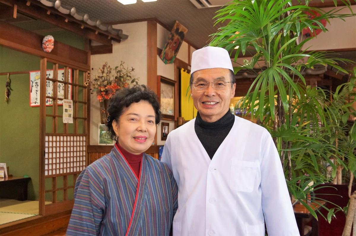 店主の工藤悦雄さん(右)と節子さん