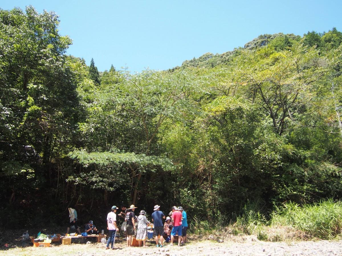 渡川地区でキャンプする男女