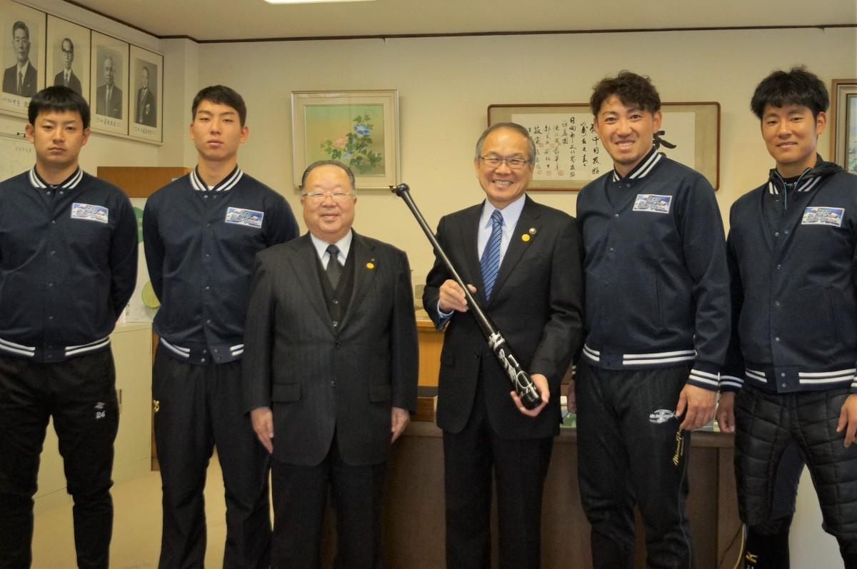 市長室での記念撮影に応じるソフトバンク・内川選手(右から2番目)、上林選手(右)ら