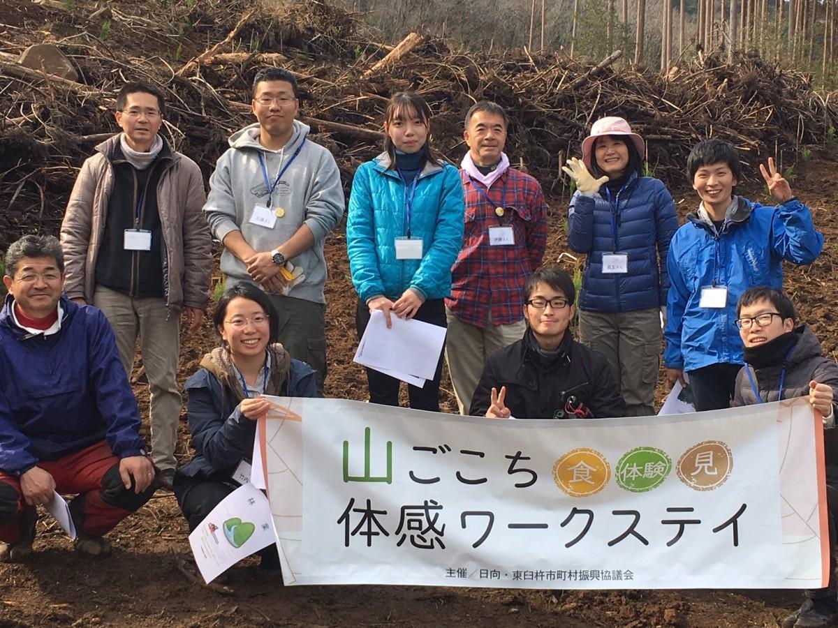 参加者と造林指導をした耳川広域森林組合の関係者