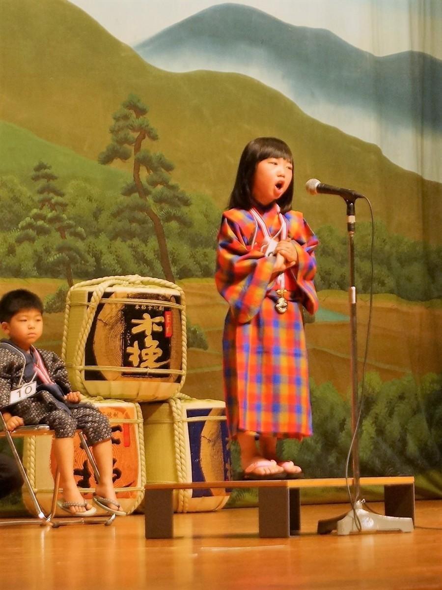 「日向木挽唄全国大会」で歌う女児