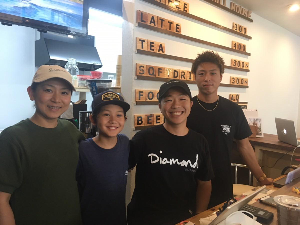 店主の川口さん(右から2番目)や同じくプロボーダーのスタッフ(右)