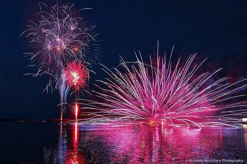 海上で上げられる美々津の花火